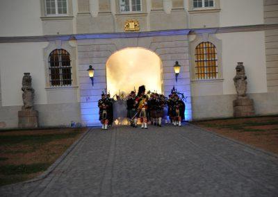 Gordons on Parade 2015 Einmarsch Massed Pipes and Drums aus Torbogen